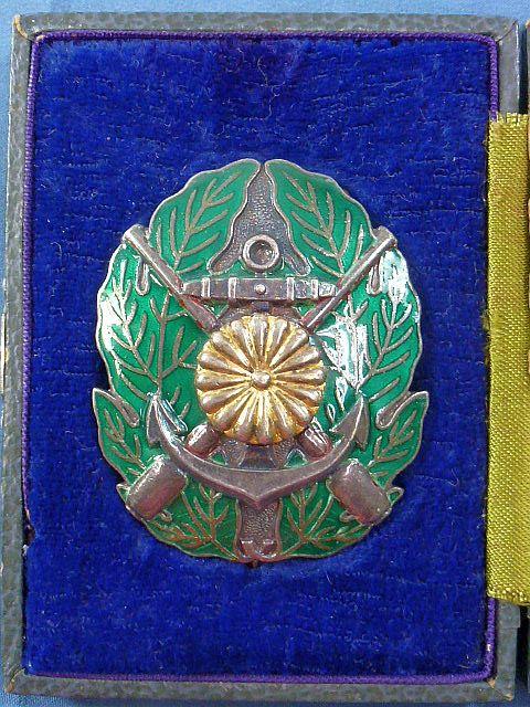 Cased Japanese Navy 1st Class Gunnery Badge
